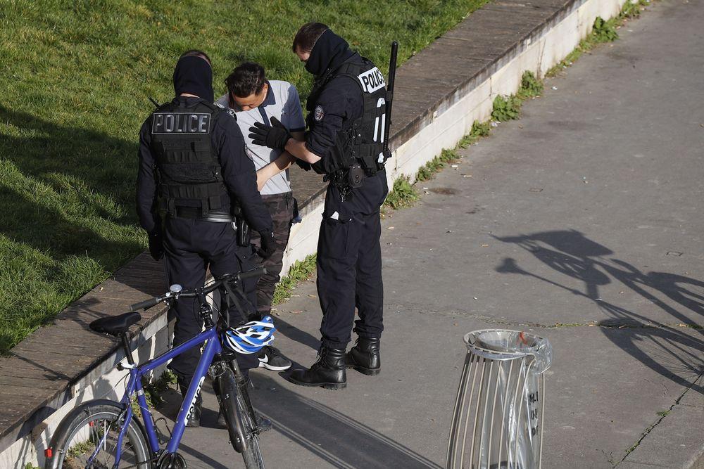 Sedikitnya 100 ribu orang petugas keamanan dikerahkan ke seluruh Prancis untuk memantau pelaksanaan kebijakan tersebut.