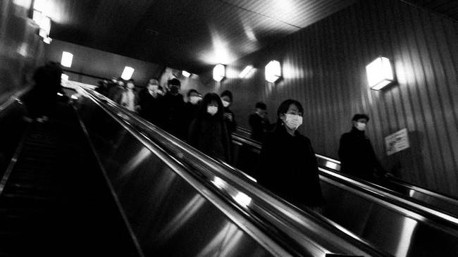 Departemen Kesehatan Jepang mengimbau penduduk segera memeriksakan diri jika mengalami demam 37,4 derajat Celcius, gejala flu, atau kelelahan ekstrem hingga masalah pernapasan selama empat hari atau lebih. (AP Photo/Jae C. Hong)