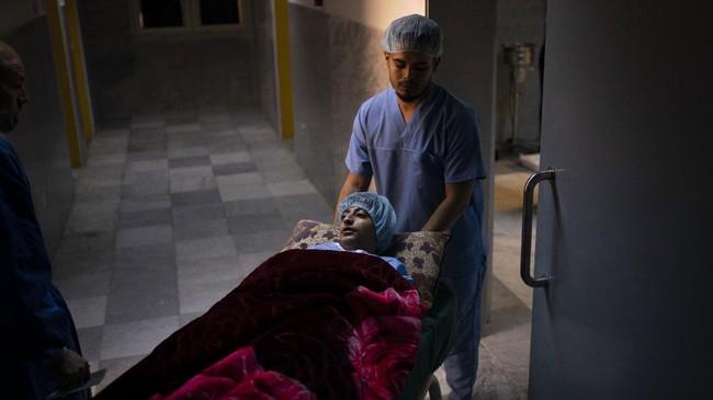 Di Libya hanya ada satu orang dokter ahli bedah jantung yang harus menangani sekitar 1.200 kasus setiap tahun. (AP Photo/Felipe Dana)