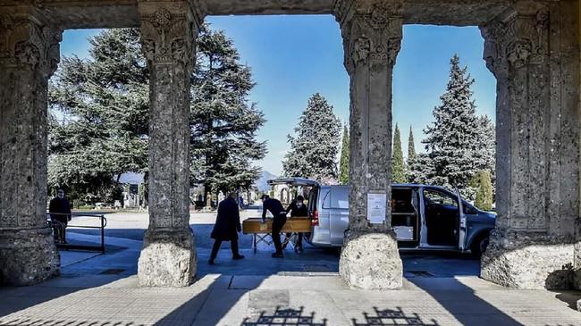 Layanan transportasi umum di Milian bahkan tetap beroperasi normal kendati pemerintah memerintahkan warga untuk mengisolasi diri di rumah.(Claudio Furlan/LaPresse via AP)