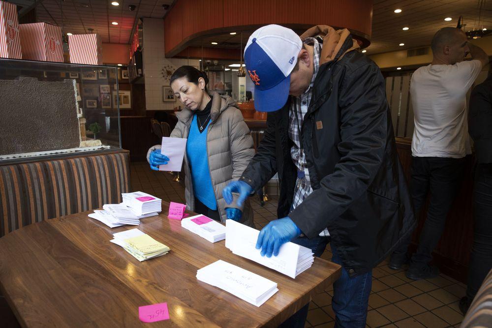 Restoran ditutup sementara karena wabah coronavirus. Perusahaan mem-PHK 650 dari 850 karyawan di empat restorannya.