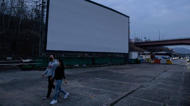 Bioskop kendara alias drive-in menuai keuntungan kebanjiran penonton akibat bioskop konvensional tutup karena wabah Covid-19. (Photo by Ed JONES / AFP)