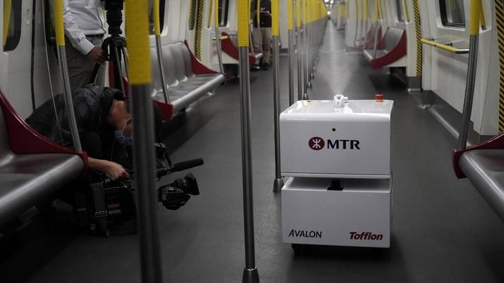 Sejumlah Robot bertugas membersihkan kereta di tengah pecahnya coronavirus di seluruh kota.