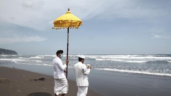 Upacara Melasti digelar oleh umat Hindu Bali dengan tujuan menghanyutkan kotoran alam menggunakan air kehidupan. Upacara ini dilaksanakan di pinggir pantai. (ANTARA FOTO/Hendra Nurdiyansyah/foc.)