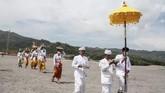 Padahal, upacara Melasti adalah salah satu sesi dari rangkaian Hari Raya Nyepi yang ramai. Satu desa biasanya kompak untuk melakukan Melasti. (ANTARA FOTO/Hendra Nurdiyansyah/foc.)