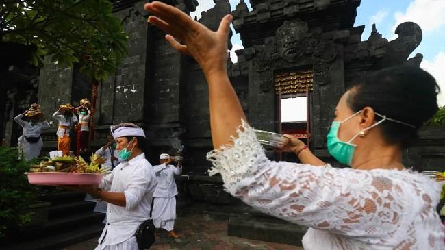 Upacara Melasti dilakukan umat Hindu Bali di Indonesia pada Minggu (22/3) lalu sebagai bentuk penyucian diri jelang Hari Raya Nyepi yang akan jatuh esok, Rabu (25/3). (ANTARA FOTO/Didik Suhartono/foc.)