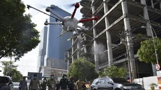 Risma Kerahkan Drone Semprot Disinfektan di Surabaya
