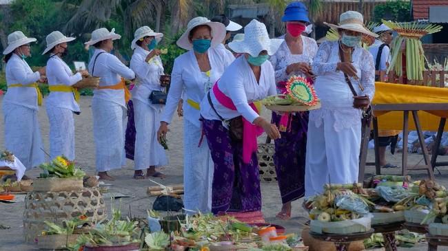 Di Bali, Gubernur I Wayan Koster pada Jumat (20/3) telah mengeluarkan peraturan bahwa pelaksanaan upacara Melasti diikuti maksimal 25 orang. (ANTARA FOTO/Nyoman Hendra Wibowo/nym/foc.)