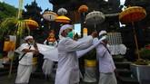 Akan tetapi, wabah virus corona Covid-19 yang melanda Indonesia memaksa umat Hindu membatasi diri terlibat dalam upacara Melasti karena larangan berkerumun. (ANTARA FOTO/Didik Suhartono/foc.)