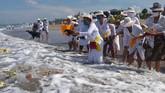 Pantai dipilih untuk menyucikan diri dari segala perbuatan buruk di masa lalu dan membuangnya ke laut yang merupakan salah satu sumber air kehidupan selain danau. (ANTARA FOTO/Nyoman Hendra Wibowo/nym/foc.)