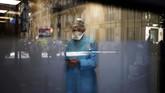 Dokter dan ahli biologi Caroline Gutsmuth menerima panggilan di suatu laboraturium di Neuily-sur-sei, dekat Paris, Prancis. Laboraturium kesehatan itu membuka tes corona secara drive-thru. (AP Photo/Christophe Ena)
