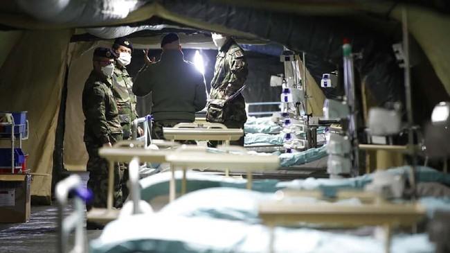 Di dalam rumah sakit militer yang baru saja dibangun, para prajurit Perancis sedang berdiskusi. Selain dokter sipil, dokter militer juga dikerahkan untuk menangani wabah. (AP Photo/Jean-Francois Badias)