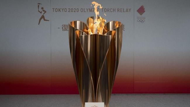 Api Olimpiade rencananya bakal diarak, namun wabah virus corona membuat acara tak semarak. Api hanya dipamerkan di Fukushima tanpa ada pawai estafet obor layaknya menyambut pesta olahraga terakbar di dunia.(AP Photo/Jae C. Hong)