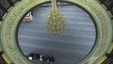 Di Palestina, seorang pemeluk agama Islam berdoa pada suatu masjid yang biasanya ramai didatangi orang untuk beribadah. (HAZEM BADER / AFP)