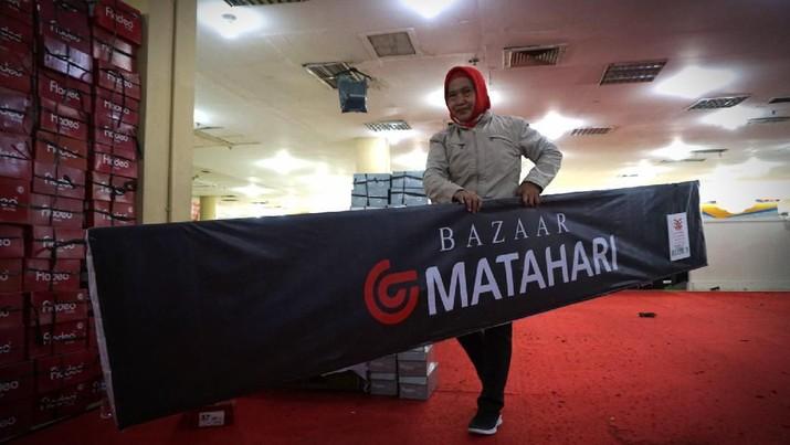 Karyawan mengangkat papan Bazar Matahari di Kawasan Mall Blok M, Jakarta, Selasa, 24/3. Patuhi social distancing, sejumlah tenant di mal Jakarta tutup sementara. sebagai salah satu upaya pencegahan penularan dan penyebaran virus corona tipe baru. Penutupan sementara berlangsung mulai Senin kemarin. Salah satu tenant Bazar Matahari ini mulai berkemas-kemas untuk menaruh barangnya di gudang. Pantauan CNBC Indonesia lokasi tenant yang berada di lantai 1 Mall Blok M ini tadinya menjajakan dagangannya seperti pakaian dan sepatu yang dijual secara diskon. Karyawan penjaga Bazar Matahari yang tidak mau disebutkan namanya
