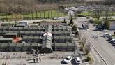 Salah satu upaya pemerintah Perancis dalam menangani corona ini adalah membangun rumah sakit kamp militer di Mulhouse. Wabah menyebabkan terjadi lonjakan jumlah pasien dalam satu waktu sehingga jumlah rumah sakit umum tak mencukupi. (AP Photo/Jean-Francois Badias)