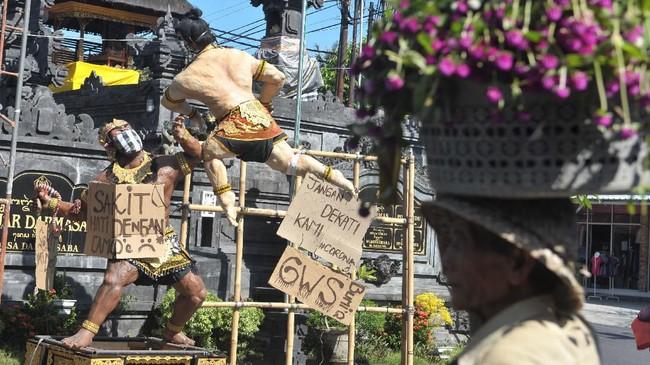 Padahal, pawai ogoh-ogoh selain sebagai simbol melawan roh jahat juga sebagai sarana hiburan bagi warga dan umat Hindu Bali sebelum menyepi melaksanakan catur brata memasuki tahun baru Saka. (ANTARA FOTO/Fikri Yusuf/foc.)
