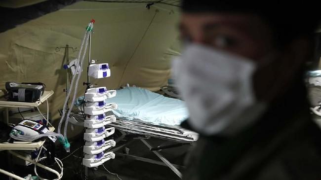 Pemerintah Perancis juga menerapkan sistem Morphee, yaitu mengerahkan pasukan dan kendaraan militer yang dilengkapi dengan peralatan kesehatan untuk menjemput dan menangani para pasien terinfeksi. Sebelumnya, sistem ini hanya digunakan untuk menjemput prajurit yang terluka di area perang. (AP Photo/Jean-Francois Badias)
