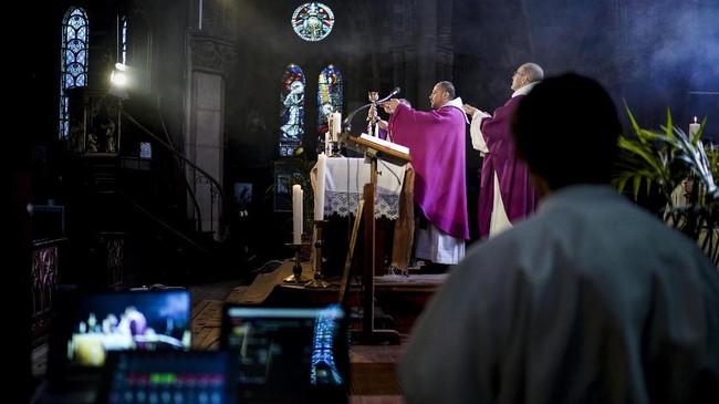 Pandemi corona yang telah menyebar ke lebih dari 180 negara membuat perkumpulan massa harus ditiadakan, termasuk ibadah ke gereja, mesjid atau vihara. Pintu-pintu tempat ibadah pun tertutup rapat. (Kenzo TRIBOUILLARD / AFP)