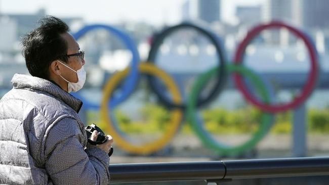 Komite Olimpiade Internasional (IOC) dan panitia penyelenggara Olimpiade Tokyo 2020 (TOGOC) awalnya bersikap tegas hendak menyelenggarakan pesta empat tahunan tepat waktu, namun belakangan kedua pihak tersebut melunak. (AP Photo/Eugene Hoshiko)