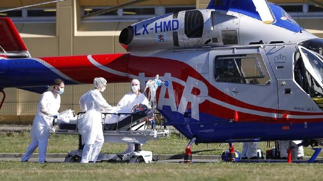 Pandemi corona juga membuat Pemerintah Perancis sejak pekan lalu menerapkan lockdown (penutupan akses) secara nasional. Mereka yang melanggar aturan lockdown pun akan mendapat denda. (AP Photo/Jean-Francois Badias)