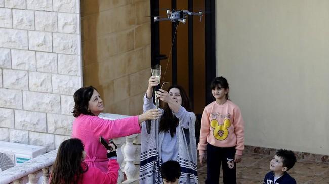 Layanan antar mawar menggunakan drone ini merupakan ide seorang remaja 18 tahun bernama Christopher Ibrahim. Ia merupakan seorang mahasiswa teknik tingkat awal. (Photo by JOSEPH EID / AFP)