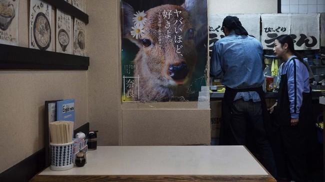 Pejalan kaki dan pengemudi juga memberikan hak khusus bagi rusa untuk melintas.(AP Photo/Jae C. Hong)