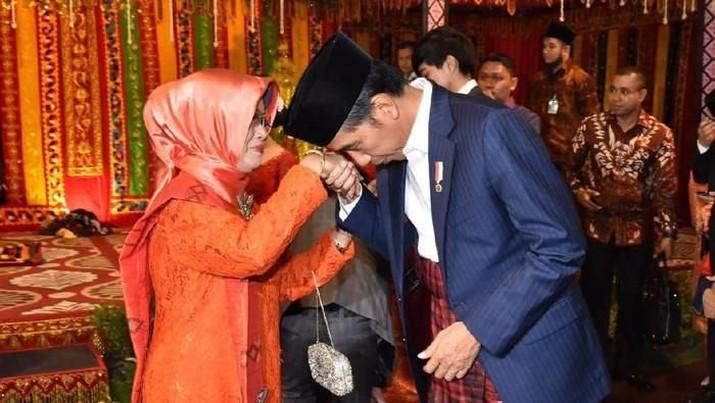 Menteri Sekretaris Negara Pratikno meminta seluruh elemen masyarakat mendoakan almarhumah ibunda Jokowi.