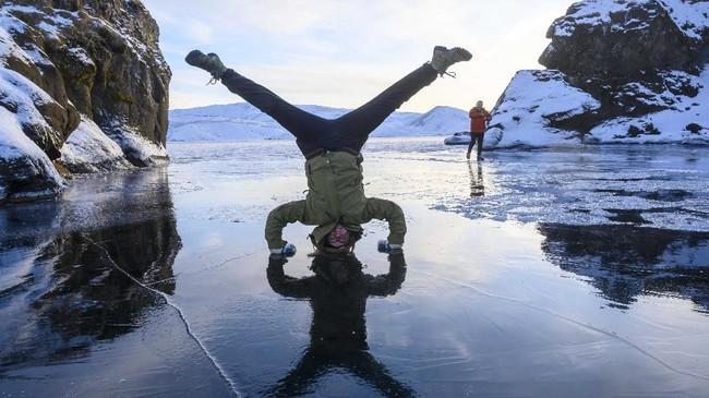 Suhu di danau beku Kleifarvatn, salah satu yang terdalam di negara Islandia, minus 6 derajat Celcius. (Halldor KOLBEINS / AFP)