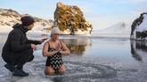 Teknik pernapasan adalah salah satu cara dalam Metode Wim Hof, metode berendam dalam es untuk kesehatan yang dinamai dari sosok atlet asal Belanda. (Halldor KOLBEINS / AFP)