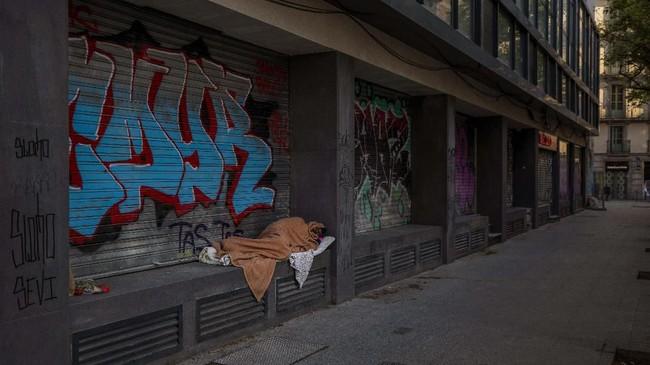 Seorang tunawisma bernama Riccardo (32) mengatakan justru ketakutan dengan kondisi sepi di saat masa lockdown. (AP Photo/Emilio Morenatti)