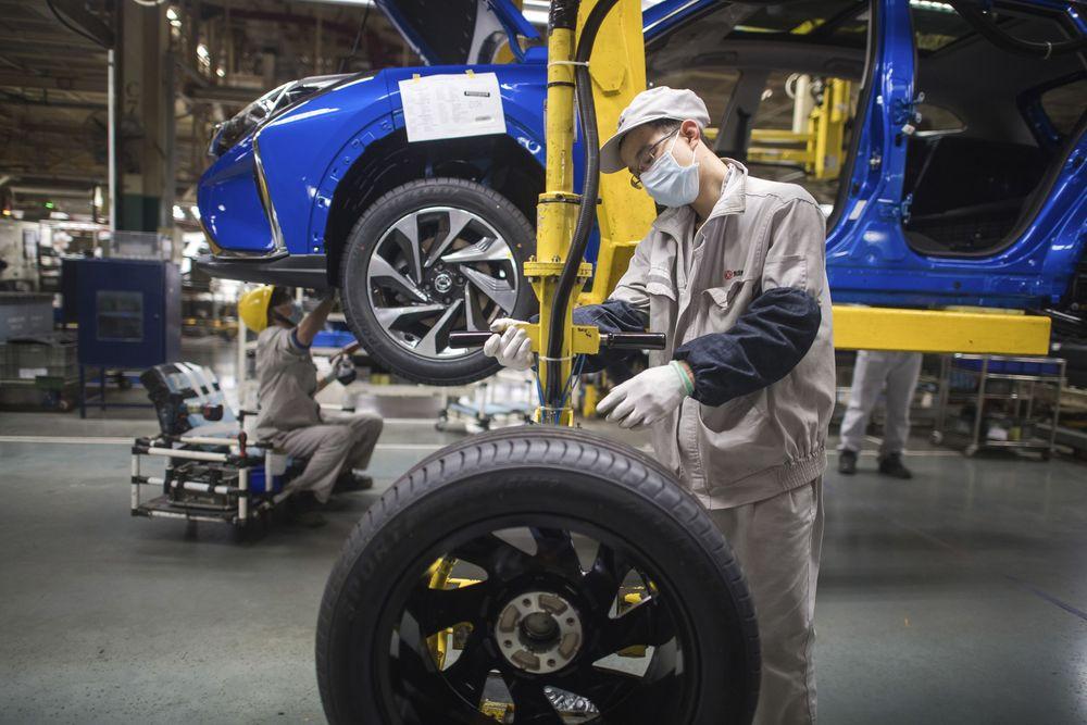 Foto 24 Maret 2020. Pekerja merakit mobil di Perusahaan Dongfeng, Wuhan, Hubei, China. Beberapa industri telah kembali beraksi, termasuk dalam manufaktur mobil yang sangat penting, yang sebagian besar berbasis di Wuhan. (Xiao Yijiu/Xinhua via AP)