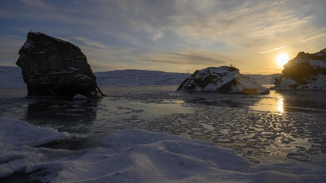 Selama dua menit mereka menahan air sedingin es di Danau Kleifarvatn, berkonsentrasi pada pernapasan, yang menurut para ahli adalah kunci untuk mengabaikan rasa sakit yang menggigit dalam suhu beku. (Halldor KOLBEINS / AFP)