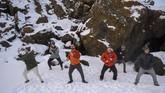 Andri Einarsson, instruktur berendam dalam es untuk kesehatan, bersama para anggota yang bersiap menceburkan diri di DanauKleifarvatn, Reykjavik, Islandia. (Halldor KOLBEINS / AFP)