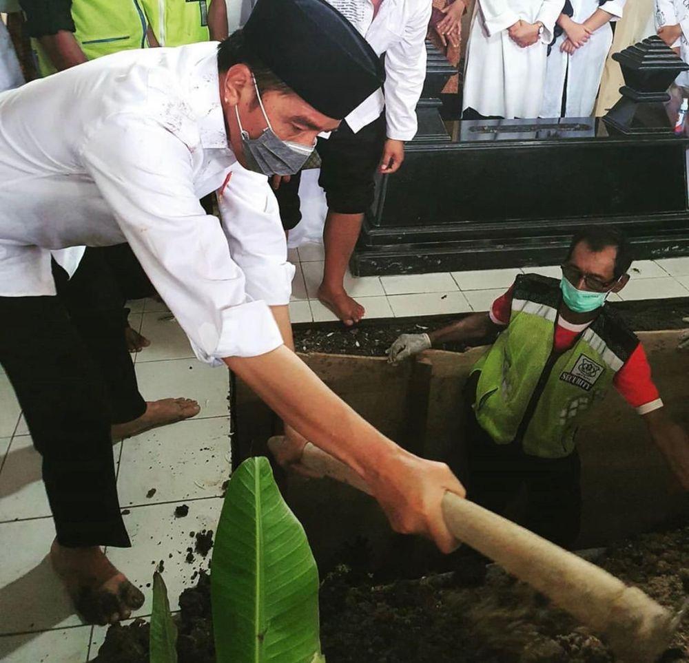 Jenazah Sujiatmi telah dimakamkan di pemakaman keluarga di Karanganyar, Jawa Tengah. (Ist Erick Thohir)