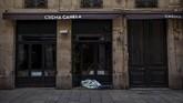 Mereka tidak punya pilihan untuk tetap tidur di jalanan, di tengah kondisi penguncian total (lockdown), untuk menekan penyebaran virus corona. (AP Photo/Emilio Morenatti)