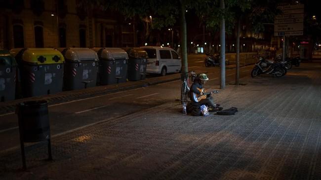 Sedangkan di Barcelona, pemerintah menyulap bangunan bekas sekolah menjadi penampungan tunawisma. (AP Photo/Emilio Morenatti)