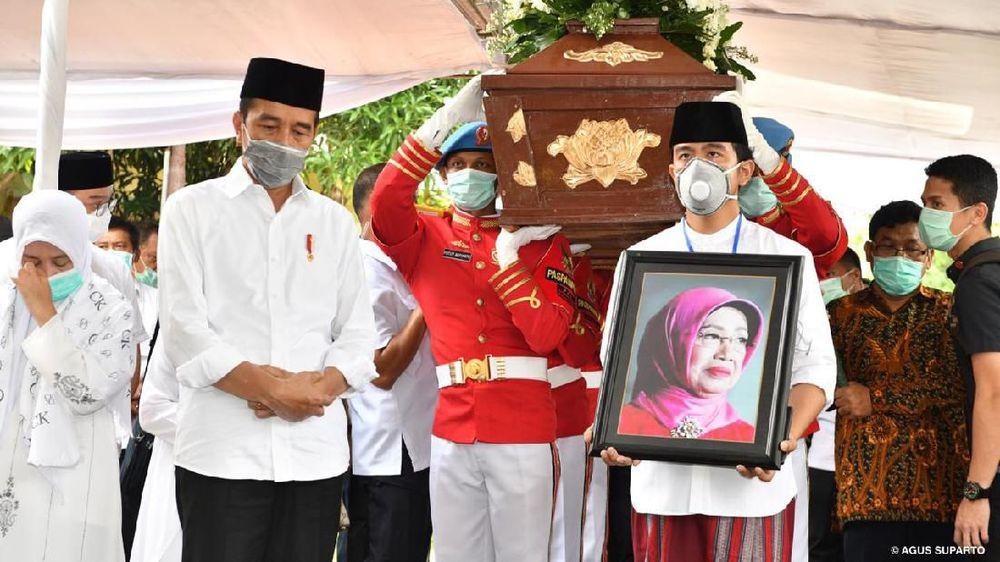 Presiden RI Joko Widodo saat mengantar jenazah sang ibu, Sujiatmi Notomiharjo, di pemakaman keluarga di Karanganyar, Jawa Tengah, Kamis (26/3/2020). (Dokumentasi Agus Suparto)