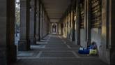 Rumah singgah dan dapur umum yang biasa melayani para tunawisma kini membatasi jam kegiatan akibat lockdown. (AP Photo/Emilio Morenatti)