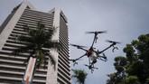 Selain menggunakan drone seperti di halaman kantor BNI di Jakarta, petugas juga menggunakan kendaraan damkar untuk menyemprotkan disinfektan. (ANTARA FOTO/Dhemas Reviyanto)