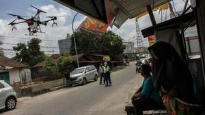 FOTO: Guyuran Disinfektan di Jalanan Indonesia