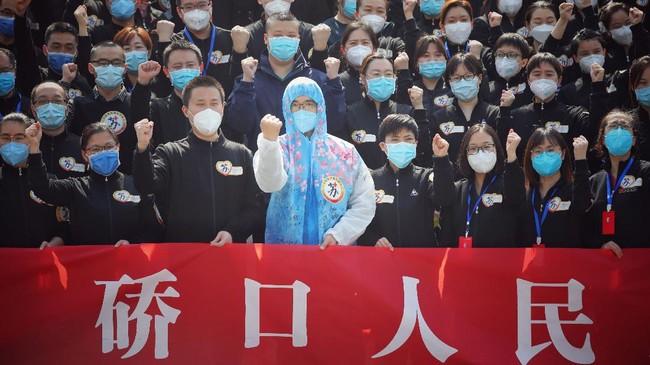 Kelompok tenaga medis yang paling awal dikirim untuk membantu menangani kasus virus corona di Kota Wuhan, Provinsi Hubei, China berangsur dipulangkan. (Photo by STR / AFP) / China OUT