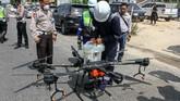Di Riau, tim gabungan Polda beserta Polresta Pekanbaru juga mengoperasikan drone untuk menyemprotkan cairan disinfektan di kawasan pemukiman penduduk. (ANTARA FOTO/Rony Muharrman)