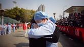 Sebanyak 41 tim yang terdiri dari 3.675 orang tenaga medis mulai dari perawat sampai dokter tersebut akan dikembalikan ke kampung halaman masing-masing. (Photo by STR / AFP) / China OUT