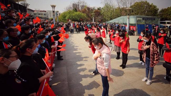 Langkah itu dilakukan karena kasus infeksi di Wuhan yang menjadi pusat penyebaran virus corona semakin menurun. (Photo by STR / AFP) / China OUT