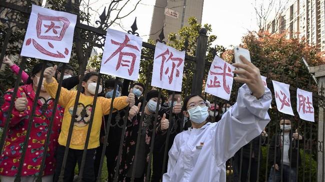 Mereka tadinya disebar di tujuh rumah sakit permanen dan 14 rumah sakit darurat di seluruh Wuhan untuk menangani pasien yang terinfeksi virus corona. (Photo by STR / AFP) / China OUT