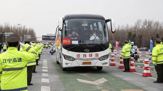 Jumlah keseluruhan tim yang diperbantukan mencapai 42.600, termasuk 19 ribu tenaga kesehatan. (Photo by STR / AFP) / China OUT