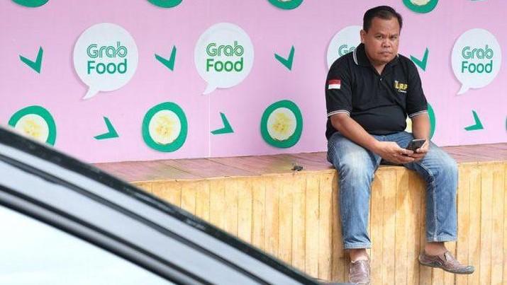 Hingga saat ini, Driver Grab masih terus mengaspal di jalanan kota Makassar guna berjuang memenuhi kebutuhan hidupnya.