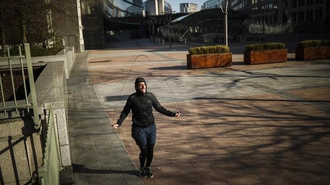 Sebagai upaya untuk tetap bertahan dari ancaman Covid-19, masyarakat rutin melakoni aktivitas fisik atau berolahraga, baik itu yang dilakukan secara daring ataupun seorang diri di luar ruangan. (AP Photo/Francisco Seco)