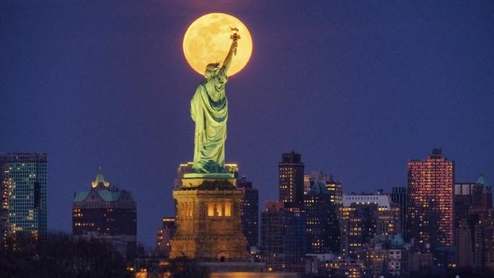 New York kini menjadi negara bagian dengan kasus terbanyak di AS, dengan angka kematian yang tinggi.
